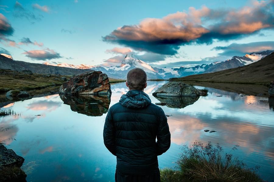 フリー 写真山と湖の風景を眺める男性の後ろ姿
