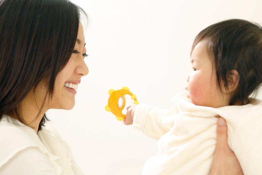 フリー 写真赤ちゃんを見つめる笑顔の母親