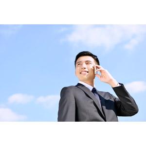 フリー写真, 人物, 男性, アジア人男性, 日本人, 男性(00016), 職業, 仕事, ビジネス, ビジネスマン, サラリーマン, 携帯電話, 通話, 青空, メンズスーツ