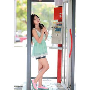 フリー写真, 人物, 女性, アジア人女性, 江滴滴(00013), 中国人, チュニック, 公衆電話, ショートパンツ