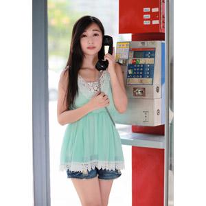 フリー写真, 人物, 女性, アジア人女性, 江滴滴(00013), 中国人, チュニック, 公衆電話, 通話, ショートパンツ