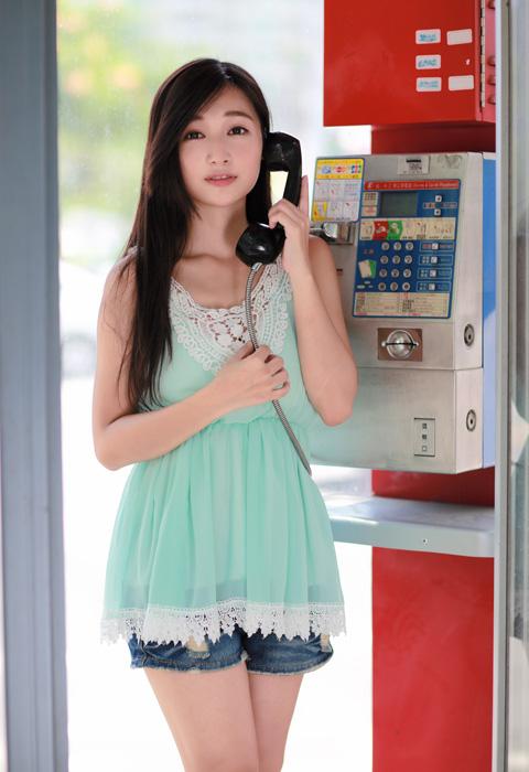 フリー 写真公衆電話で話す中国の女性
