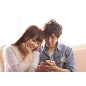 フリー写真, 人物, カップル, 恋人, 二人, スマートフォン(スマホ), 携帯電話, 顎に手を当てる, 男性(00028), 女性(00030)