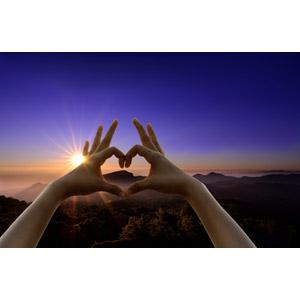 フリー写真, 人体, 手, ハート, 手でハートを作る, 山, 霧(霞), 朝日, 日の出, 朝焼け