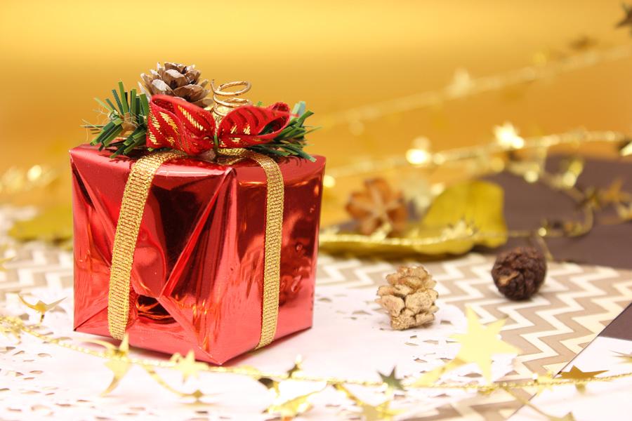 フリー 写真クリスマスプレゼントとまつぼっくり