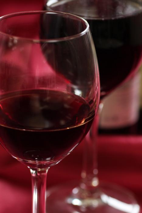 フリー 写真二つのワイングラスと赤ワイン