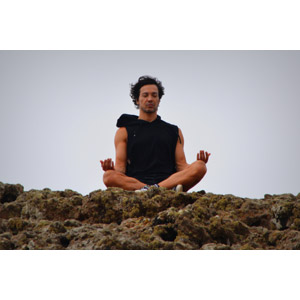 フリー写真, 人物, 男性, 外国人男性, 座る(地面), あぐらをかく, 瞑想, 坐禅(座禅), ヨガ