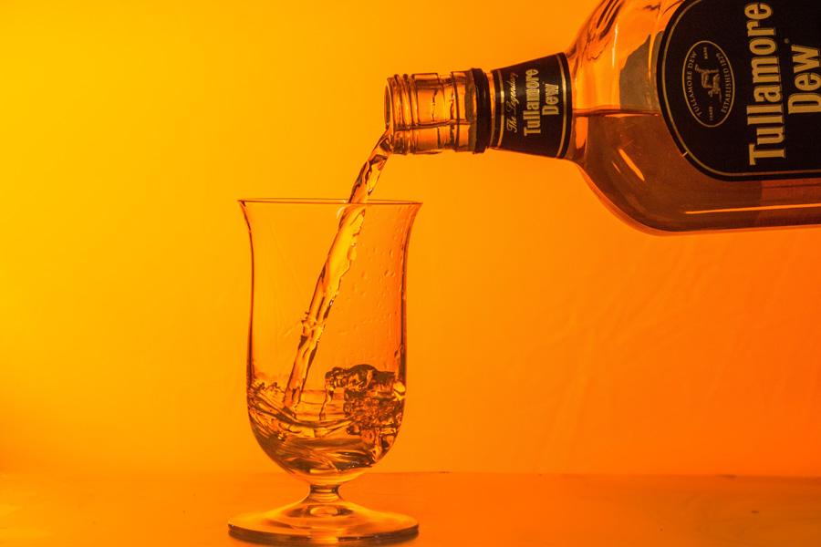 フリー 写真グラスに注ぐウイスキー