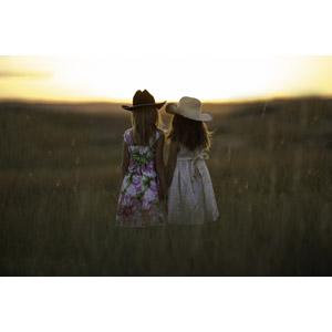 フリー写真, 人物, 子供, 女の子, 外国の女の子, イギリス人, 二人, 兄弟(姉妹), 帽子, 後ろ姿, 草むら, 夕暮れ(夕方), 夕日