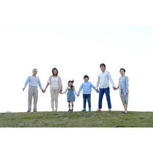 フリー写真, 人物, 家族, 親子, 三世代家族, 祖父(おじいさん), 祖母(おばあさん), 父親(お父さん), 母親(お母さん), 娘, 息子, 手をつなぐ, 祖父(00010), 祖母(00011), 女性(00018), 男性(00019), 男の子(00020), 女の子(00021)