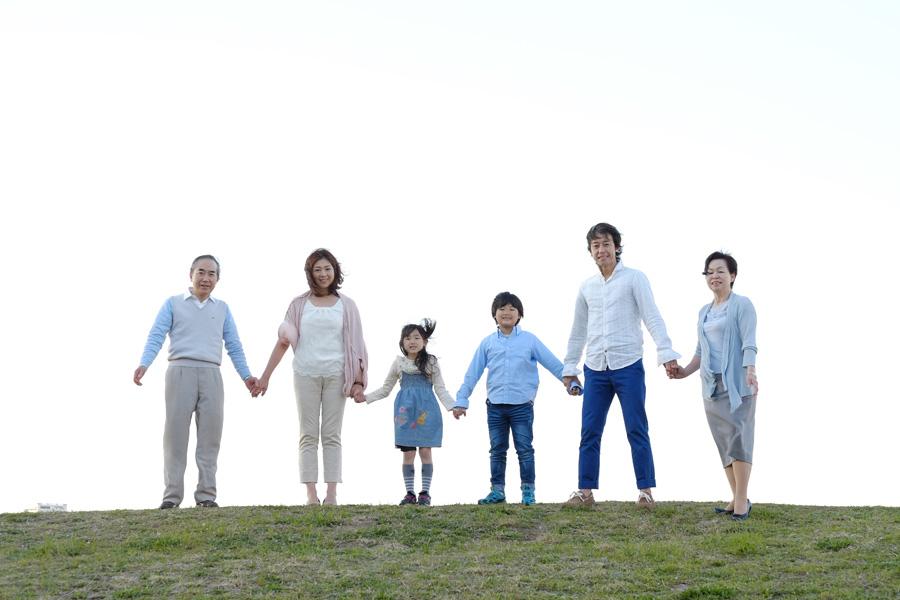 フリー 写真手をつなぐ三世代家族