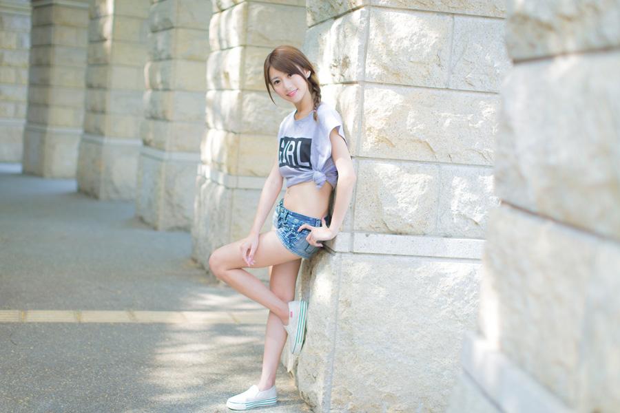 フリー 写真石の柱にもたれかかる女性ポートレイト
