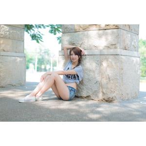 フリー写真, 人物, 女性, アジア人女性, 中国人, 女性(00009), Tシャツ, ショートパンツ, 座る(地面)