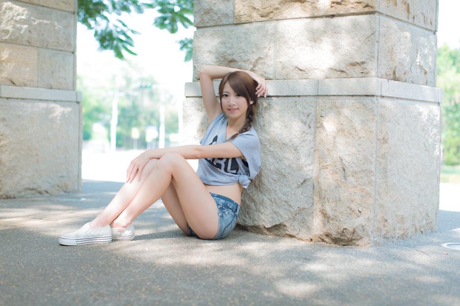 フリー 写真柱にもたれかかって座る女性ポートレイト
