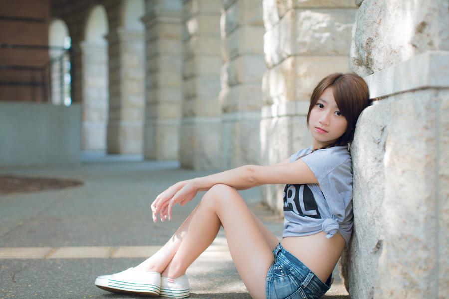 フリー 写真Tシャツとショートパンツ姿で座る中国の女性