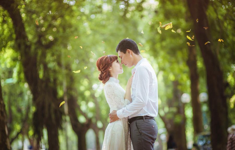 フリー 写真落葉の舞い散る中で向かい合うカップル