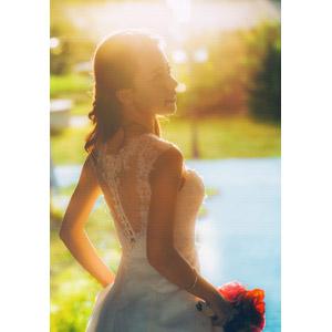 フリー写真, 人物, 女性, アジア人女性, ベトナム人, ウェディングドレス, ブーケ, 結婚式(ブライダル), 花嫁(新婦), 太陽光(日光)