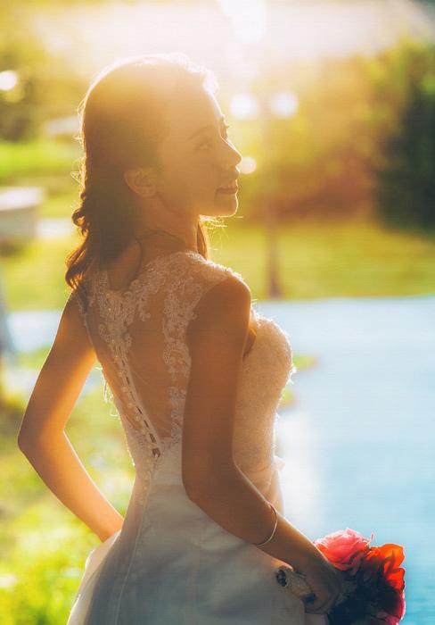 フリー 写真太陽光とウェディングドレス姿でブーケを持つ花嫁