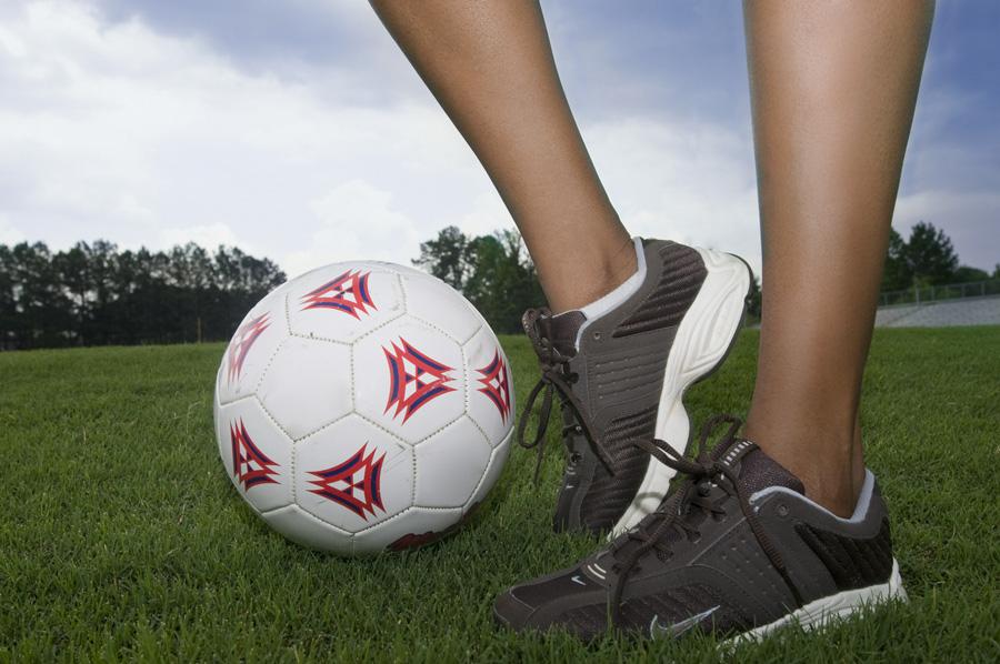 フリー 写真サッカーボールと女性の足