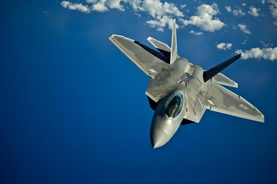 フリー 写真青空を飛ぶF-22 ラプター