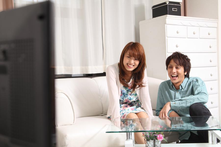 フリー 写真テレビを見て笑うカップル