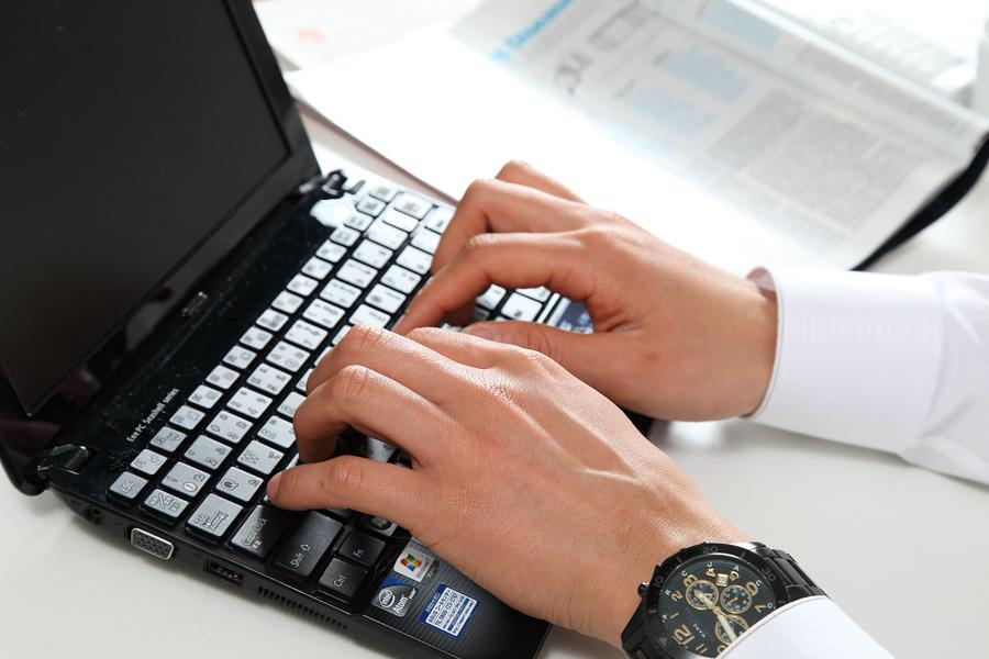 フリー 写真ノートパソコンを使って仕事をするビジネスマンの手