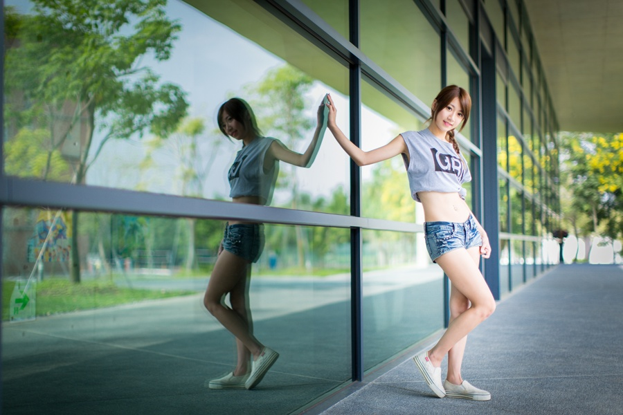 フリー 写真窓ガラスに手をつく女性ポートレイト