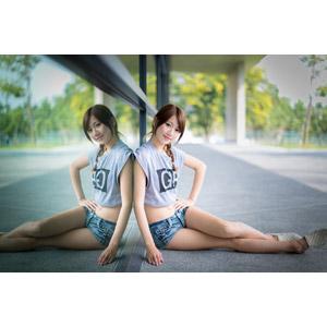 フリー写真, 人物, 女性, アジア人女性, 中国人, 女性(00009), Tシャツ, ショートパンツ, 鏡像, 座る(地面), 腰に手を当てる