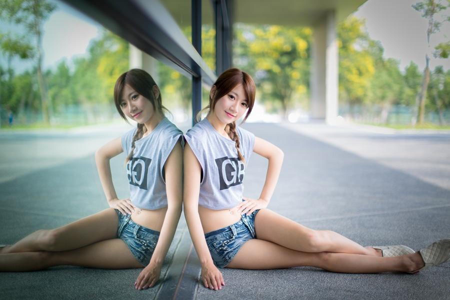 フリー 写真窓ガラスの前で横座りする女性ポートレイト