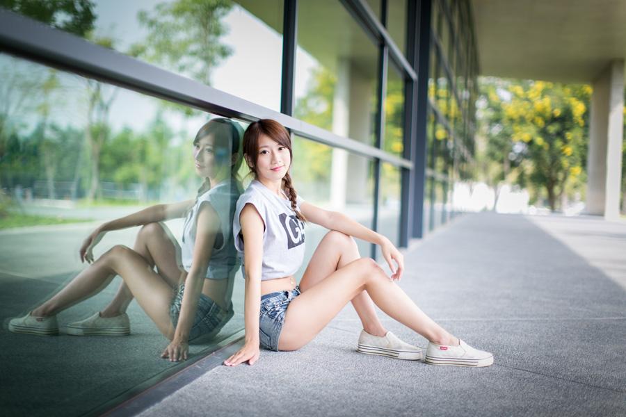 フリー 写真窓ガラスにもたれかかって座る女性ポートレイト