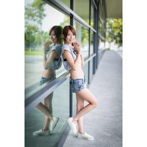 フリー写真, 人物, 女性, アジア人女性, 中国人, 女性(00009), Tシャツ, ショートパンツ, 鏡像, 手を組む