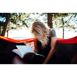 フリー写真, 人物, 女性, 外国人女性, 読む(読書), 本(書籍), 入れ墨(タトゥー)