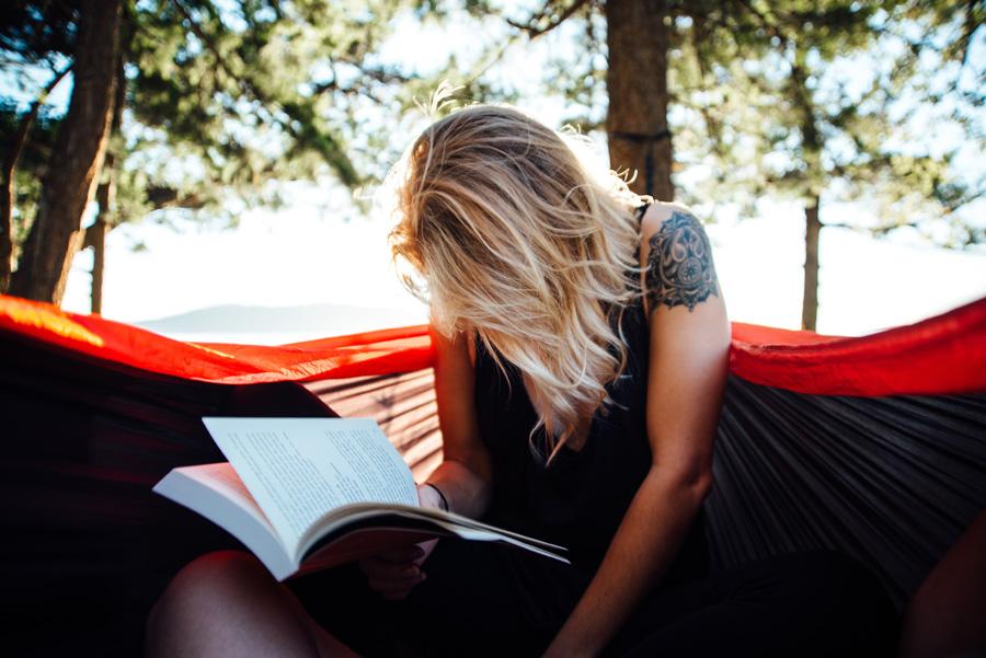 フリー 写真本を読んでいる外国人女性