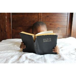 フリー写真, 人物, 女性, 外国人女性, 読む(読書), 本(書籍), 聖書, 腹這い