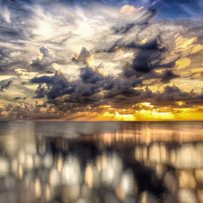 フリー 写真海の上の雲と太陽光線の風景