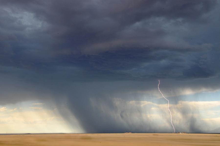 フリー 写真雨と落雷の風景