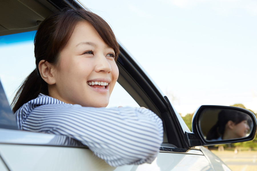 フリー 写真ドライブに出かける女性