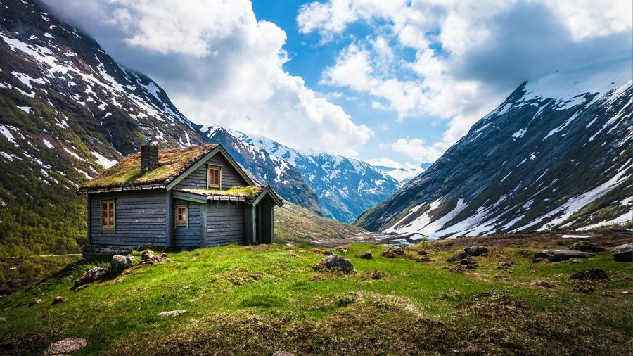 フリー 写真山と山小屋の風景