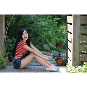 フリー写真, 人物, 女性, アジア人女性, 江滴滴(00013), 中国人, サロペット, 座る(地面), ツインテール