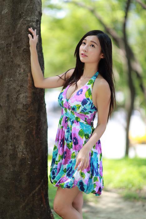 フリー 写真木に手を当てて見上げている女性