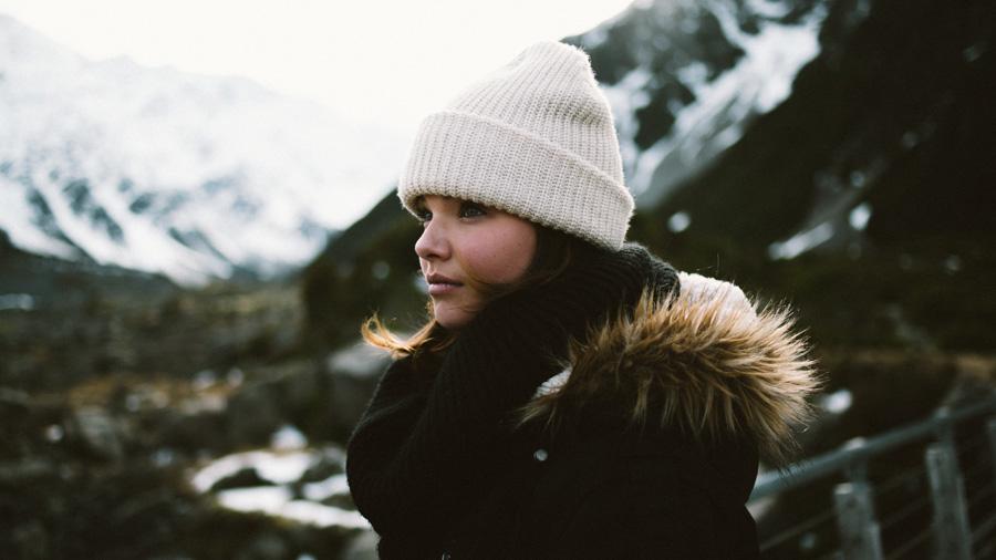 フリー 写真ニット帽被る外国人女性のポートレイト