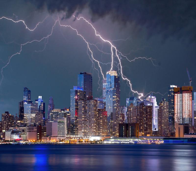 フリー 写真ニューヨークのオフィス街に落ちる雷の風景