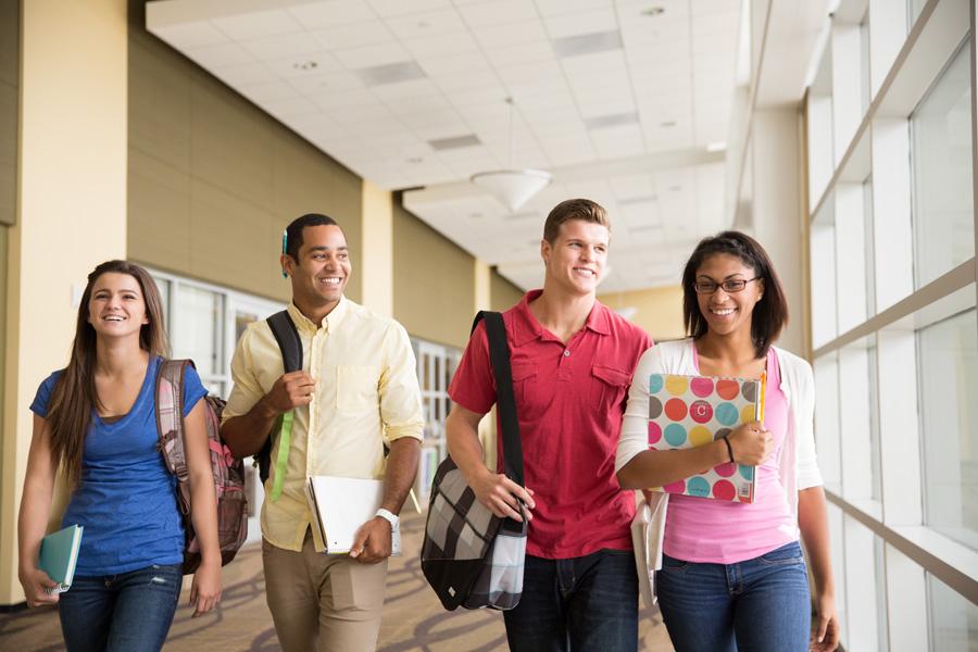 フリー 写真廊下を歩く男女の大学生