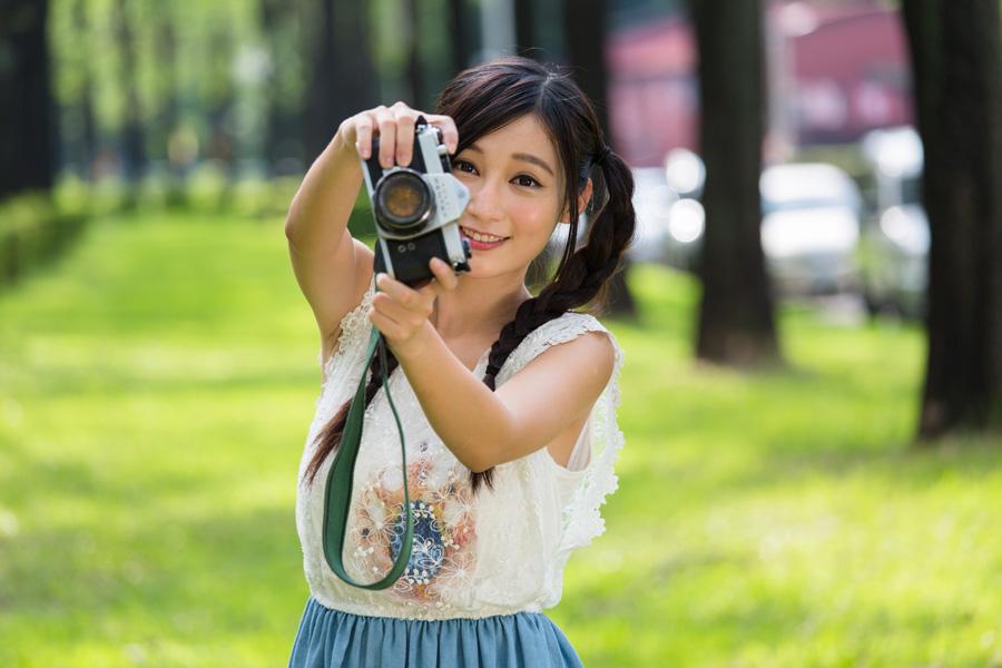フリー 写真一眼レフカメラを構えるツインテールの女性