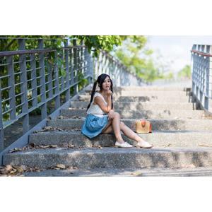 フリー写真, 人物, 女性, アジア人女性, 江滴滴(00013), 中国人, 座る(階段), ツインテール, 唇に指を当てる, ノースリーブ, スカート
