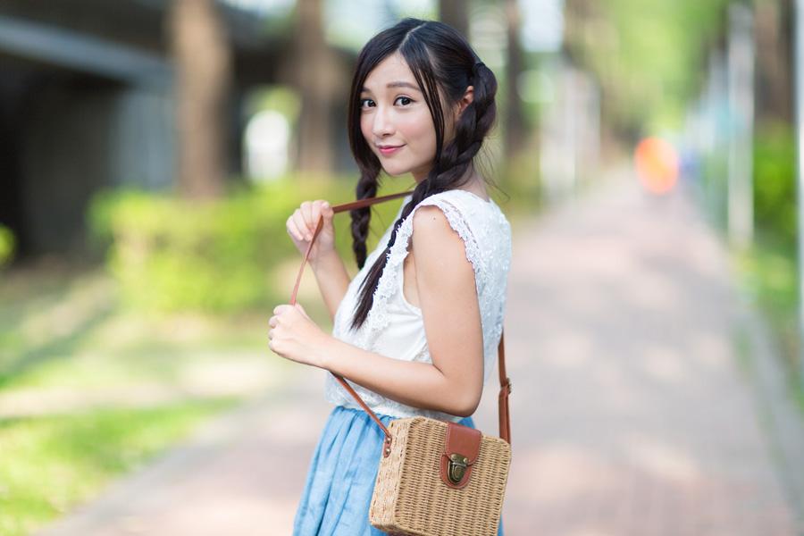 フリー 写真肩にバッグをかけるツインテールの女性