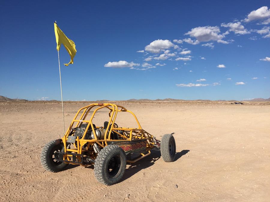 フリー 写真砂漠とバギーカー