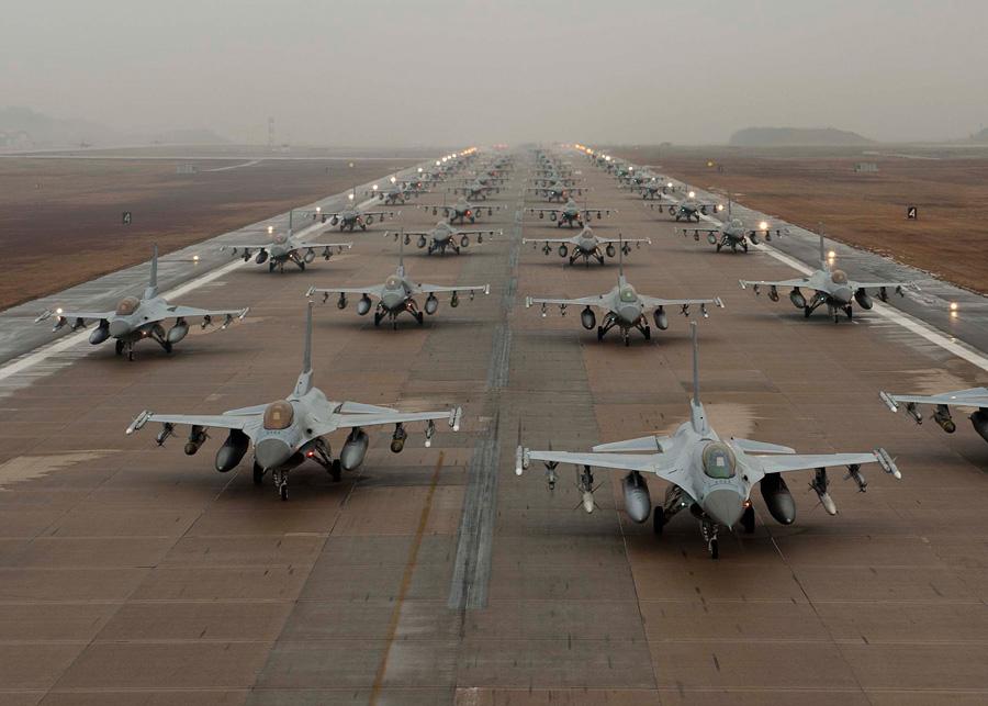フリー 写真滑走路に並んだF-16 ファイティングファルコン