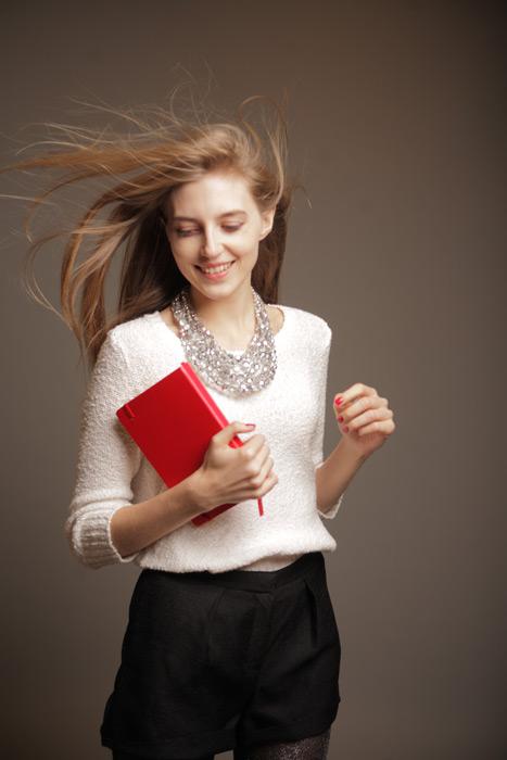 フリー 写真風になびく髪と日記帳を持つ外国人女性