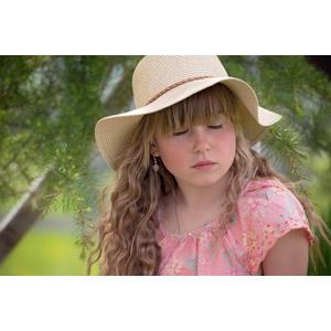 フリー写真, 人物, 子供, 女の子, 外国の女の子, 女の子(00034), 麦わら帽子, 目を閉じる